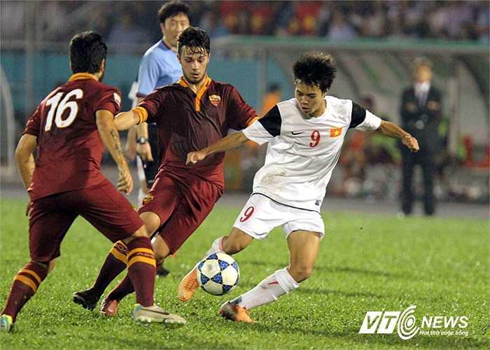 Văn Toàn đi bóng giữa hai cầu thủ đối phương.