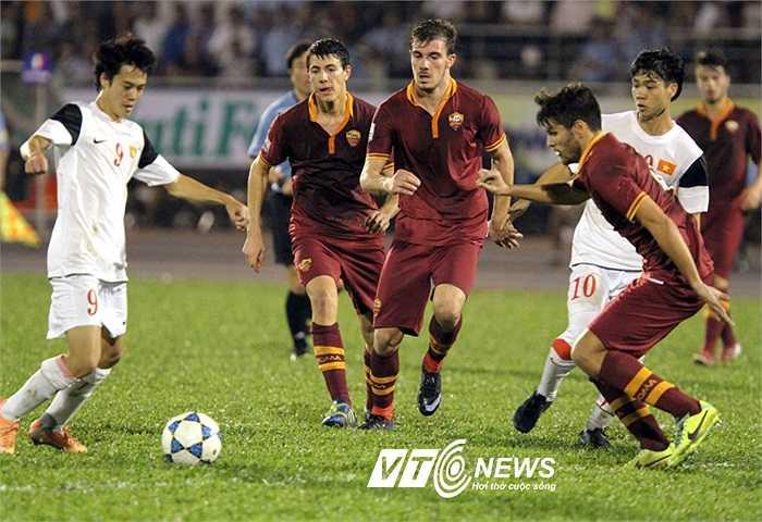 Công Phượng và Văn Toàn phối hợp cùng nhau ngay giữa đám đông cầu thủ AS Roma.