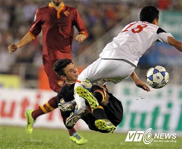 Pha đột nhập bất thành của tiền vệ phải Thanh Tùng.