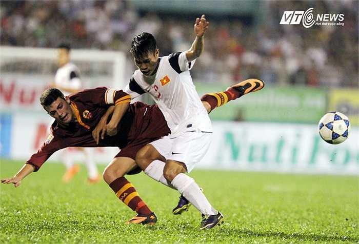 Hậu vệ cánh Văn Sơn cũng khiến hàng thủ U19 AS Roma phải để ý tới mình.