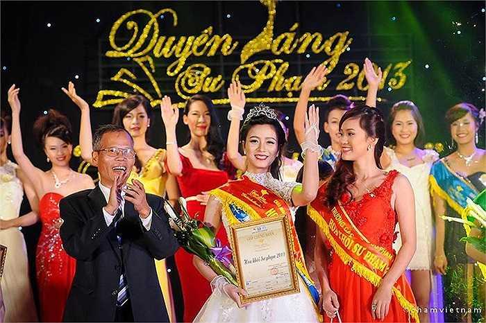 Thu Hoài hạnh phúc trong đêm Chung kết Hoa khôi Sư phạm 2013
