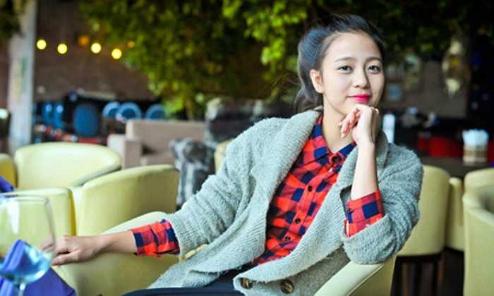 Ngoài đời, Phạm Thị Thu Hoài là cô gái duyên dáng và cởi mở.