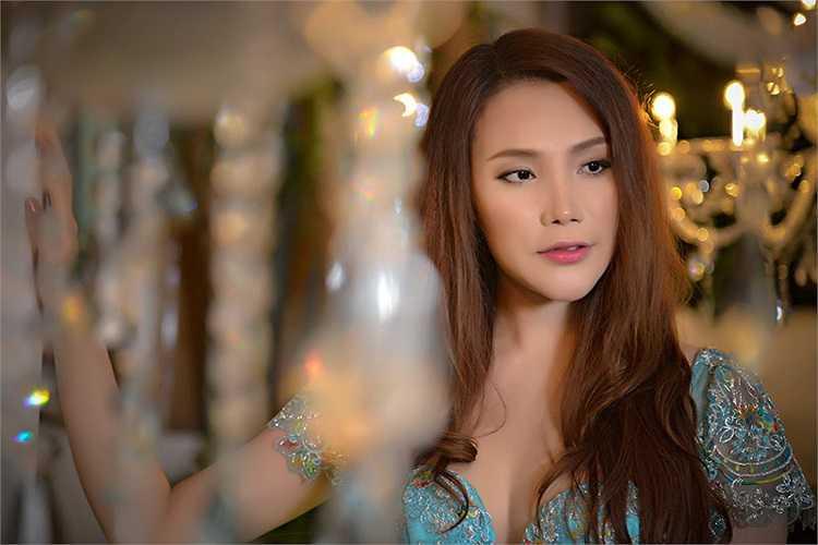 Trong bộ ảnh mới đây, Hồ Quỳnh Hương khoe gương mặt chữ V nhọn hoắt thời thượng nhưng để lộ vẻ cứng đơ như tượng.