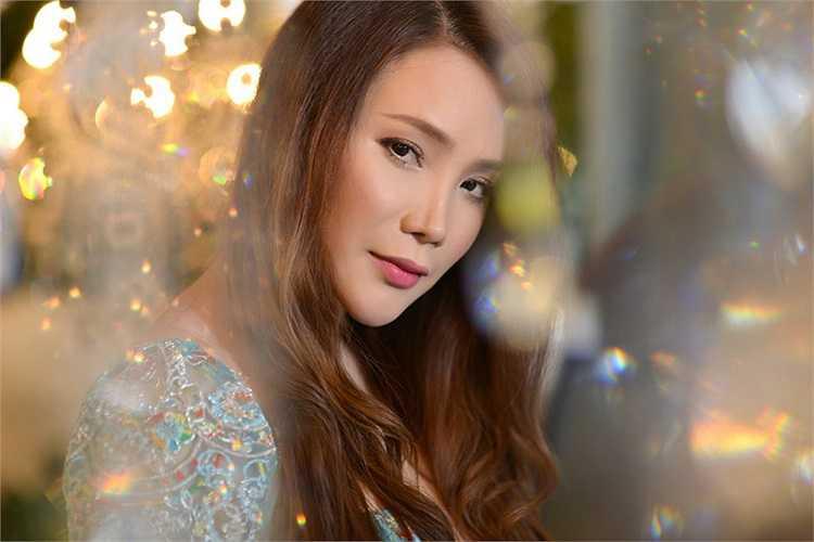 Xem thêm ảnh mới của Hồ Quỳnh Hương: