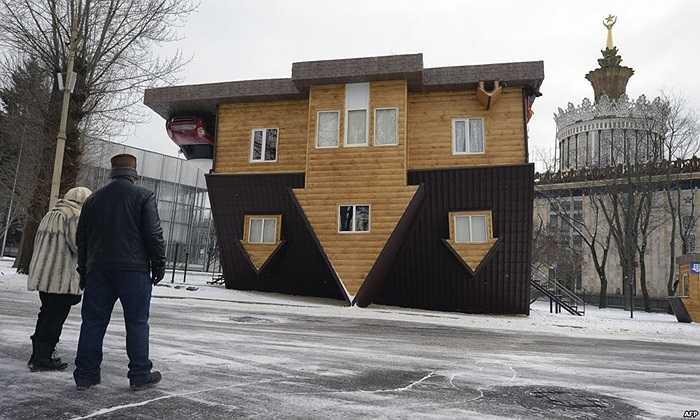'Ngôi nhà lộn ngược' được trưng bày tại Trung tâm triển lãm VVTs, Nga