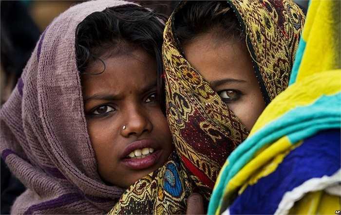 Hai thiếu nữ Pakistan xếp hàng đợi nhận thức ăn miễn phí trong một cuộc tụ họp đánh dấu ngày sinh của nhà tiên tri Muhammad của Hồi giáo, ở Rawalpindi