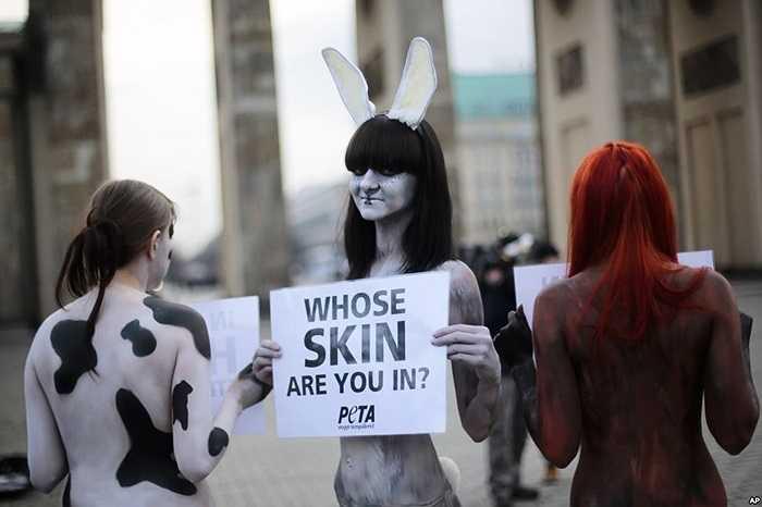 3 người của tổ chức bảo vệ quyền động vật PETA biểu tình phản đối sử dụng lông thú trong ngành công nghiệp thời trang tại Berlin, Đức