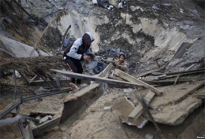 Người Palestine kiểm tra địa điểm, nơi những người chứng kiến nói bị Israel không kích, ở Khan Younis, miền nam Dải Gaza