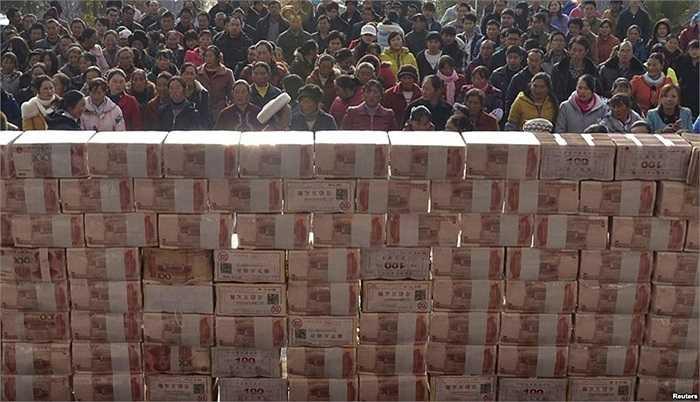 Dân làng tụ tập chờ nhận thưởng cuối năm tại mội ngôi làng ở huyện Lương Sơn, tỉnh Tứ Xuyên, Trung Quốc