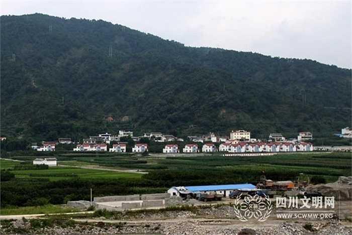 Ít ai biết rằng ngôi làng giàu nhất Trung Quốc Hoa Tây trước đó là một thôn nghèo phía trước là khu đất bỏ hoang, phía sau là đồi núi hoang sơ