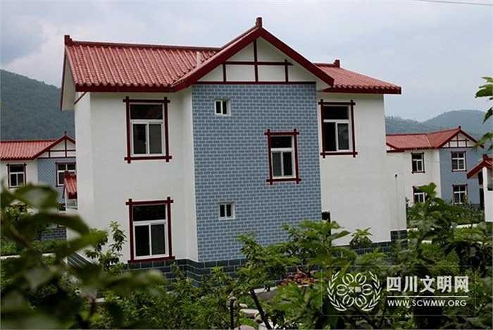 Đến năm 2013, 90% người dân làng Hoa Tây được sống trong các căn biệt thự màu trắng lát ngói đỏ tươi
