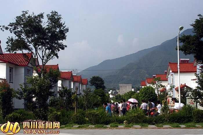 Những biệt thự màu trắng lát ngói đỏ liền kề tạo nên khung cảnh tráng lệ cho ngôi làng Hoa Tây