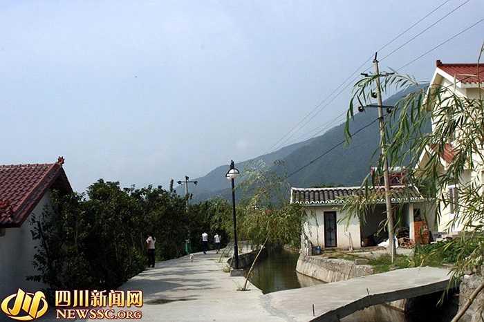 Con đường bên trong ngôi làng Hoa Tây