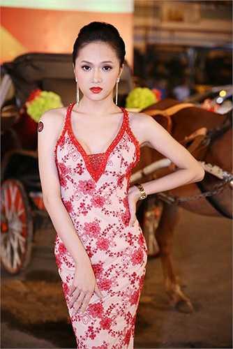 Xuất hiện trong một sự kiện tối 15/01/2014, Hương Giang Idol thu hút mọi sự chú ý với trang phục vô cùng gợi cảm và quyến rũ.