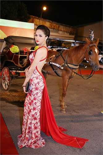 Với lợi thế sở hữu vóc dáng khá thon gọn cùng vẻ ngoài nữ tính Hương Giang khai thác triệt để sắc đẹp của mình.