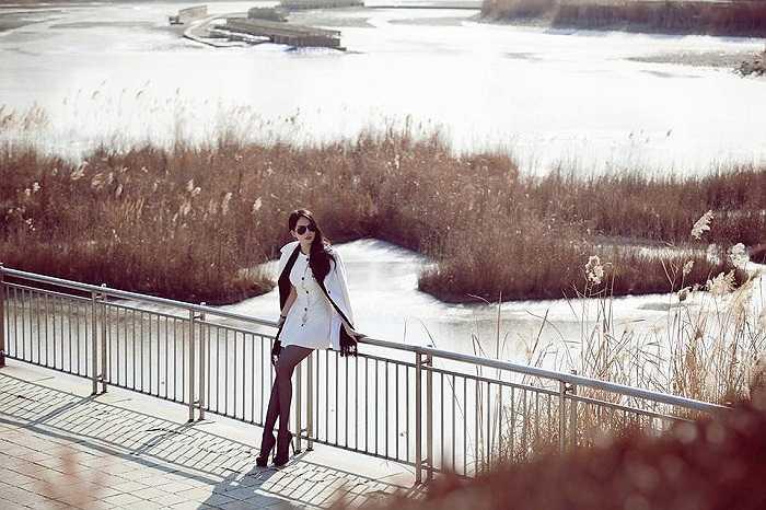 Giữa mênh mông tuyết trắng, Ngọc Trinh dịu dàng tạo dáng.