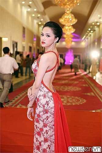Hương Giang Idol khoe trọn lưng trần mướt mát.