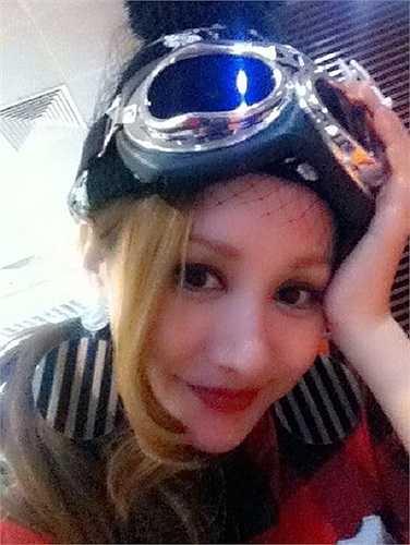 Phong cách thời trang của Việt Nga lúc nào cũng rất khác lạ.