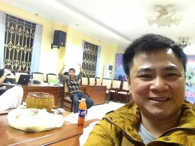 Nghệ sỹ Tự Long cũng tranh thủ chụp ảnh 'tự sướng' trong lúc tập luyện.