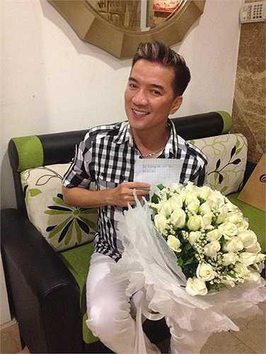 Đàm Vĩnh Hưng hạnh phúc khoe hoa nhận được từ fan hâm mộ.
