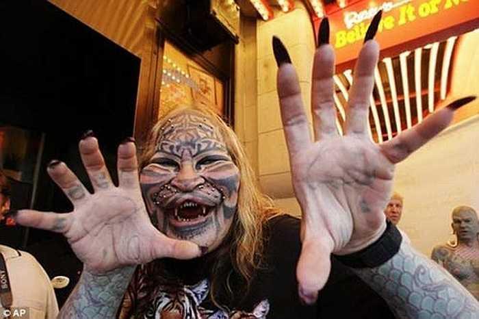 Ông Dennis Avner, 54 tuổi, đến từ tiểu bang Nevada được cả thế giới biết đến với biệt danh Người mặt mèo hay Người hổ.