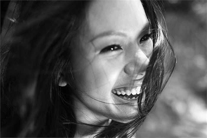 Nữ ca sỹ 27 tuổi lạ lẫm trong bộ ảnh đen trắng thực hiện dành cho album 'Khi ta hai mươi' của cô vừa phát hành.