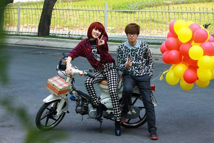 Ngày 15 và 16/1 vừa qua, Hương Tràm, Bùi Anh Tuấn, nhóm BeeT cùng Thảo My đã tiến hành quay MV Xuân rạng ngời dự kiến phát hành ngày 20/1