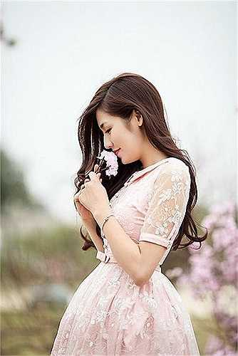 Tú Anh xinh đẹp, dịu dàng giữa cánh đồng.