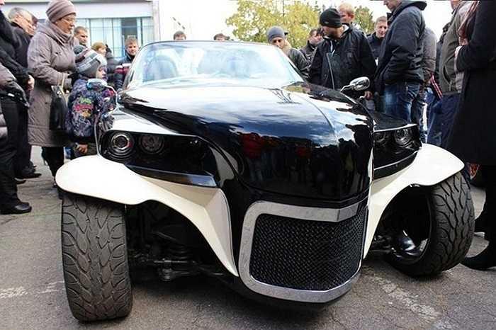 Một nhóm người đam mê cơ khí ở tỉnh Sevastopol, Ukraina đã sử dụng nhiều bộ phận từ các loại xe để lắp ráp thành chiếc xe theo ý tưởng của riêng mình.