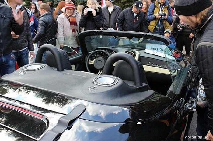 Xe được thiết kế dáng thể thao mui trần với mái xe có thể tháo rời của hãng Fiat Barchetta.