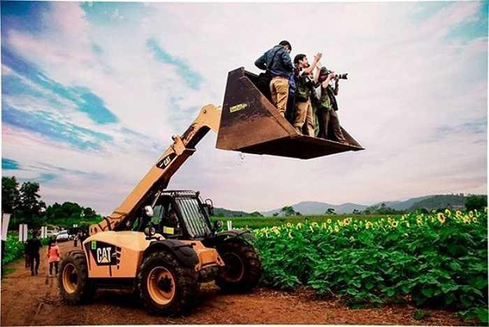 Các nhiếp ảnh gia không ngại nguy hiểm để có được bức ảnh đẹp. (Ảnh: Trần Đình Duy).