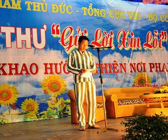 """Phạm nhân Trần Chinh đọc thư xin lỗi gia đình nạn nhân trong chương trình phạm nhân viết thư """"Gửi lời xin lỗi"""""""