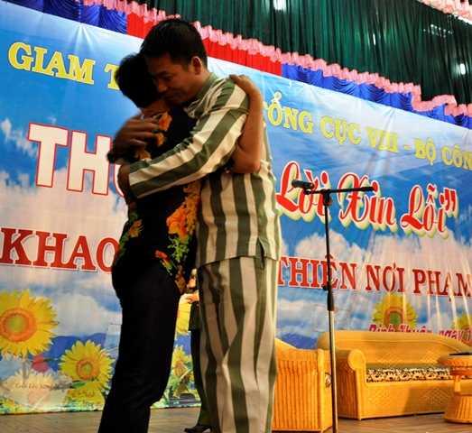 Phạm nhân Chinh và bà Nguyễn Thị Mỹ đã có cái ôm cảm thông sâu sắc khiến cả hội trường không kìm được nước mắt