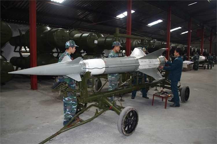 Quy trình lắp ráp đạn tên lửa S-125-2TM của Tiểu đoàn tên lửa 125, Trung đoàn 284.