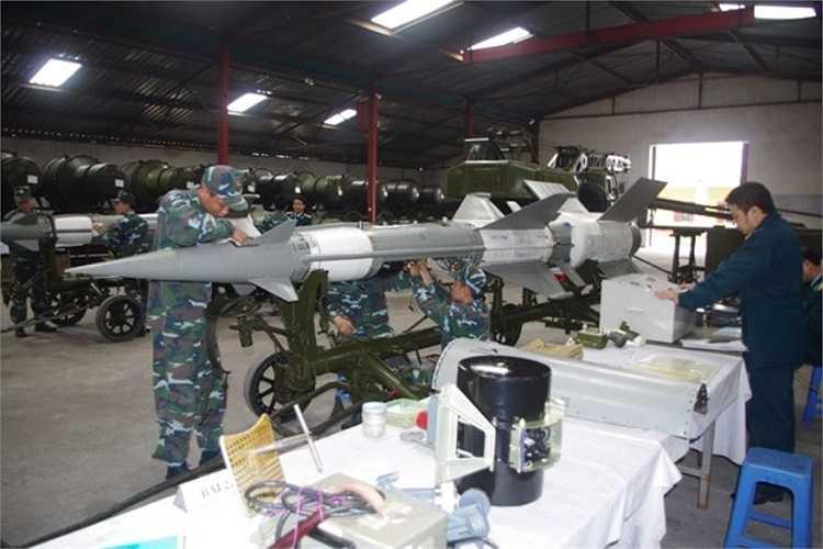 Đạn tên lửa S-125-2TM đang được kiểm tra lắp ráp