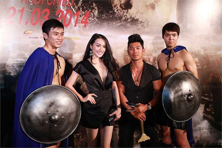 Trong buổi ra mắt bộ phim 300, Yaya Trương Nhi đã xuất hiện bên cạnh người yêu Lương Bằng Quang