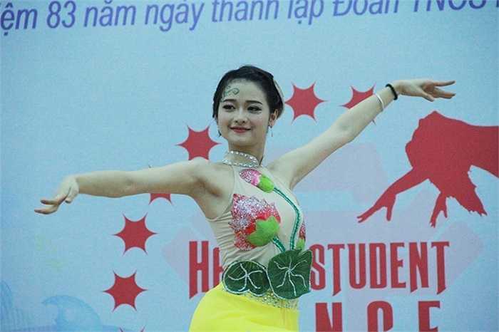 Mềm dẻo không kém những vũ công chuyên nghiệp