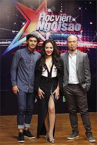 Chiếc váy chính thức của Phương Linh trong vị trí ghế nóng cũng cắt xẻ không kém để lộ đôi chân vốn không được dài lắm của cô.