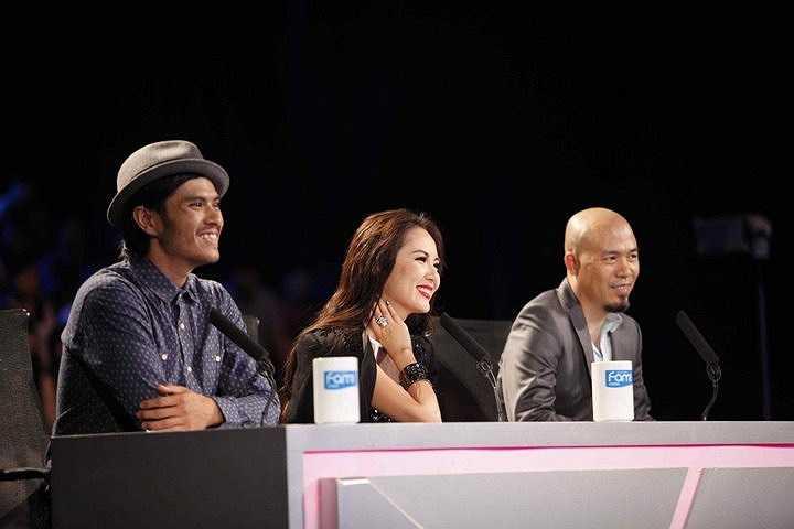 Phương Linh trên bàn chuyên gia với Huy Tuấn và vũ công Alex Tú.