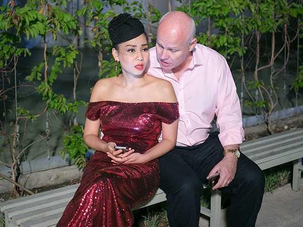 Ông xã sau khi xong việc đã vội vã đến thăm Thu Minh tại trường quay.