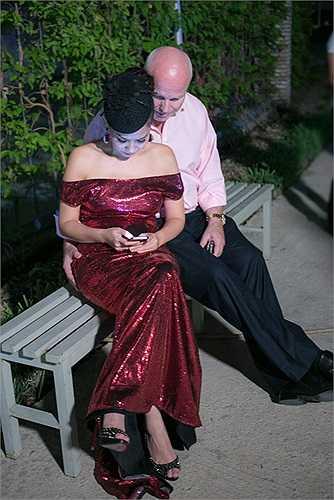 Vợ chồng nữ ca sỹ 'Đường cong' tình tứ ngồi riêng một góc để trò chuyện và tâm sự. Kể từ khi công khai mối quan hệ với chồng Tây, Thu Minh khiến nhiều người ngưỡng mộ bởi cô luôn được anh chăm sóc ở mọi lúc, mọi nơi.