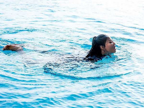 Đây là lần đầu tiên quay hình dưới nước nên Thu Minh rất lo lắng, nhưng cô chỉ mất hai lần quay thì hoàn thành.