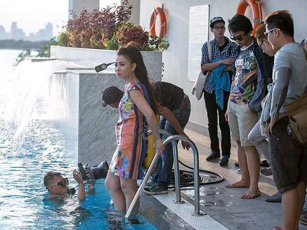 Là nhân vật chính nên Thu Minh phải thực hiện nhiều cảnh quay, trong đó có đoạn cô diễn xuất dưới hồ bơi rộng.