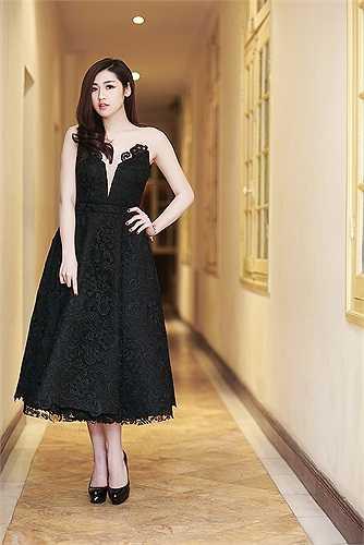 Cô đã xuất hiện trước công chúng với chiếc váy đen trần vai hết sức quyễn rũ.