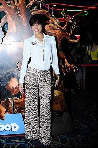 Kiểu mix áo sơ mi cùng quần hoạ tiết của Phương Mai vô cùng kệch cỡm.