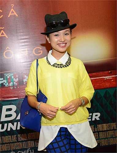 Áo sơ mi oversized cùng kiểu kết hợp vô tội vạ khiến Thanh Vân như một 'thảm hoạ thời trang'.