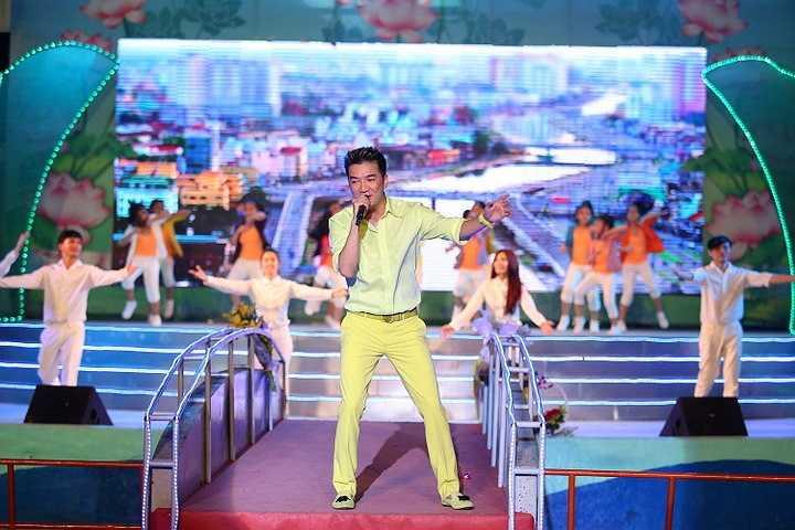 Thực hiện đúng lời hứa khi nhận giải thưởng chung cuộc của chương trình 'Bài hát yêu thích 2013' với ca khúc 'Chiếc vòng cầu hôn' của nhạc sỹ Trần Tiến, Mr Đàm cùng ekip  đã thực hiện đêm nhạc chủ đề 'Chiếc vòng cầu hôn'.