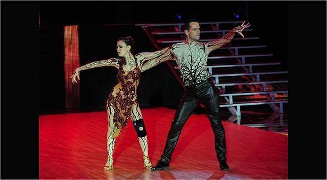 Đêm thi với chủ đề rock, Thu Thủy và bạn nhảy hóa trang thành 2 thân cây khô cằn để thể hiện chủ đề môi trường trên nền ca khúc rock 'Still Loving You' rất ấn tượng.