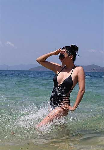 Nguyễn Cao Kỳ Duyên chia sẻ những bức ảnh diện bikini nóng bỏng.