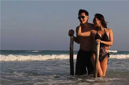 Mặc dù vậy, trong chuyến du lịch mới đây. Kỳ Duyên và bạn trai không ngần ngại trao nhau những cử chỉ yêu thương lãng mạn khi cùng dạo bước trên biển.